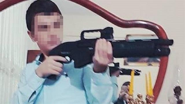 طالب ثانوي يقتل صديقه بسلاح رشاش بالخطأ في المنزل