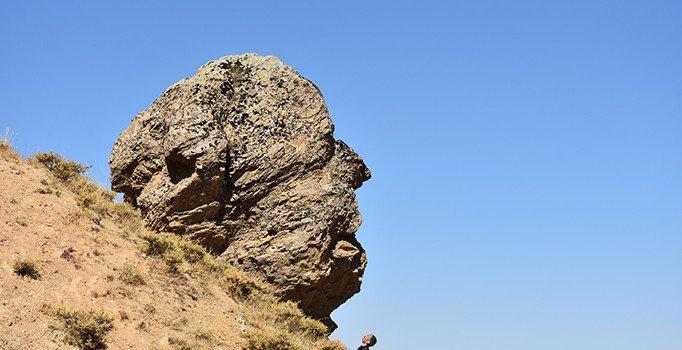 صخرة برأس إنسان في تركي